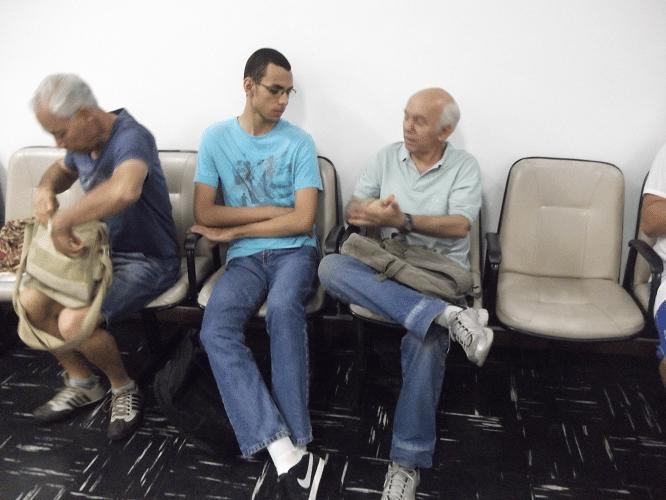 O amigo Paschoal Mendes visitando o torneio e conversando com o jovem Ricardo Vilalba