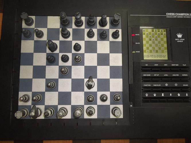 """A partida seguiu animada. Para sermos justos com Chess Champion 2150L, ele estava configurado no nível """"C"""", de """"Capivara""""."""