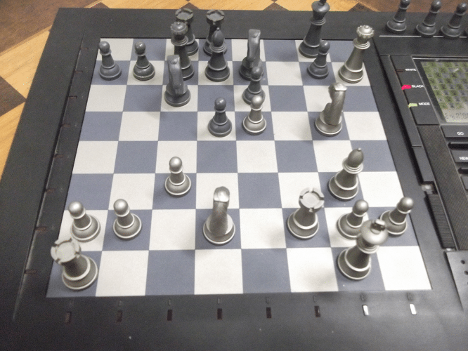 """E como a equipe alexana que o enfrentou contava com as análises do forte Mestre FIDE Hilton Rios, não deu outra! O famoso sacrifício de bispo em """"h7"""" resultou no xeque mate de dama, cavalo e torre!"""