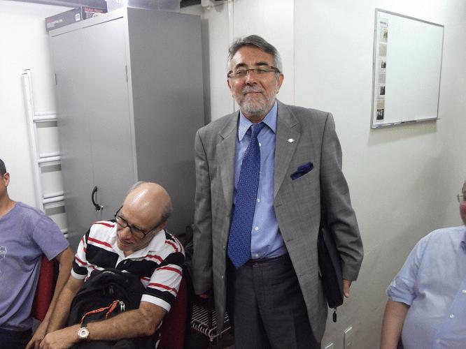 É um deputado? É um senador? Não! É o José Carlos Mesquita (sentado) e o Marcos Diaz , chegando para a palestra em traje de trabalho!
