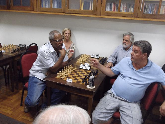 O público foi chegando e se acomodando. Bira e Lúcia, da Associação Ducaxiense de Xadrez (clube do qual a ALEX é madrinha), Luiz Alberto e Sérgio Murilo conversam animadamente!