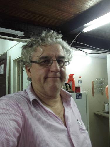 """Álvaro Frota, atual Presidente da ALEX, fotógrafo e colunista social nas horas vagas, resolveu tirar uma assim chamada fotografia """"selfie"""" de si mesmo."""