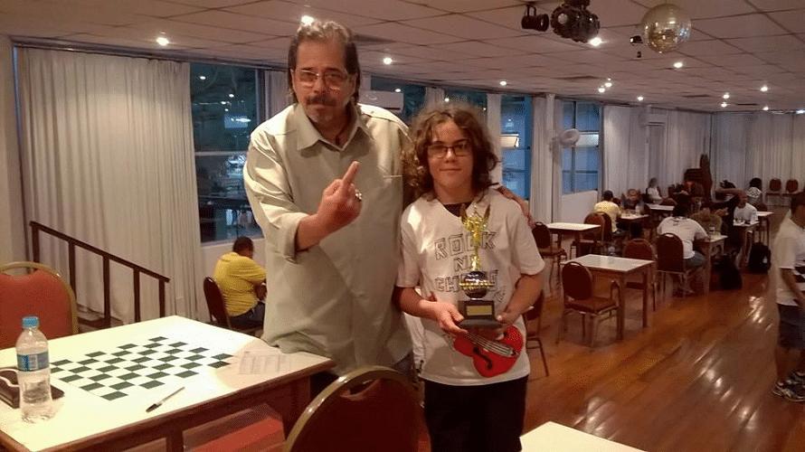 "Élcio Lofredo sinaliza: Caina Bittencourt Dutton Felix, atleta do Clube de Xadrez de Parati, é o Grande Campeão Classe ""C"" de 2015 da FEXERJ"