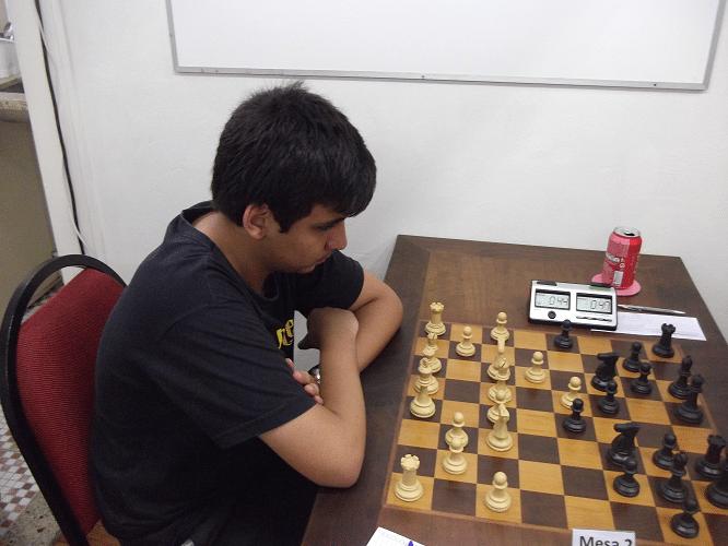 Eduardo Galvão Barboza jogando uma Abertura Inglesa que acabou se transformando em uma Defesa Índia do Rei.