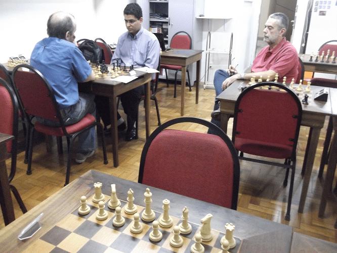 Luiz Sérgio Tiomno observa a partida entre Hilton Rios Filho e Jádson Paulino