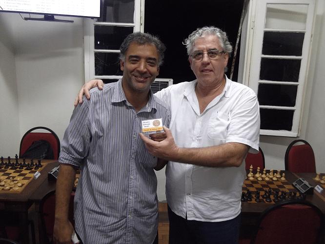 Marcelo dos Santos Silva, sempre simpático, recebe o Mini Troféu Diploma de Terceiro Colocado no Trovão de Março