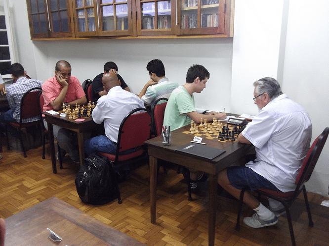 Vista parcial da sala, destacando-se a partida entre Leo Ramos Simões e Fortunato de Medeiros Garcia