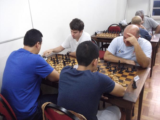 Quarta rodada - Estevão Luiz Soares venceu Leo Ramos Simões e Oscar Rueda empatou com Tarcício Leite