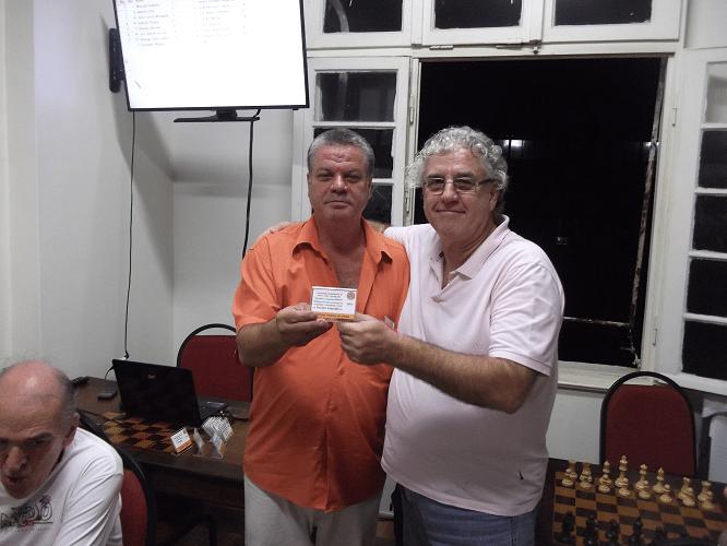 Alvaro Frota recebendo das mãoes de Sérgio Murilo o Mini Diploma de Terceiro Colocado do Torneio Interno de Verão