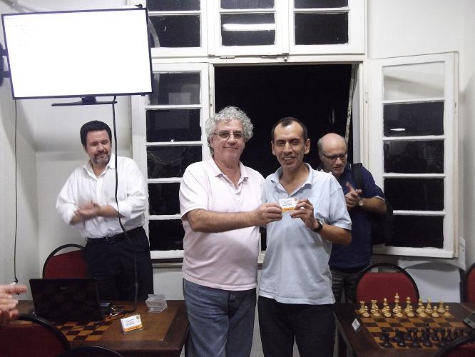 José Luís Chauca Murga recebendo de Álvaro Frota o Mini Diploma de Terceiro Colocado do Trovão de Abril
