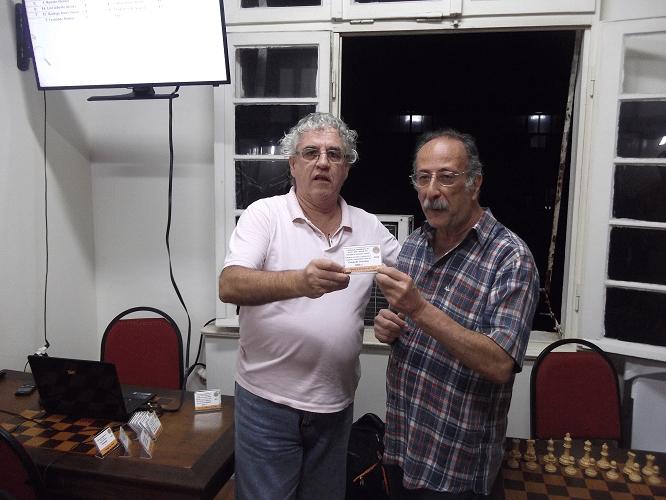Juarez Lima recebendo de Álvaro Frota o Mini Diploma de Campeão Veterano (S60) do Torneio Interno de Verão