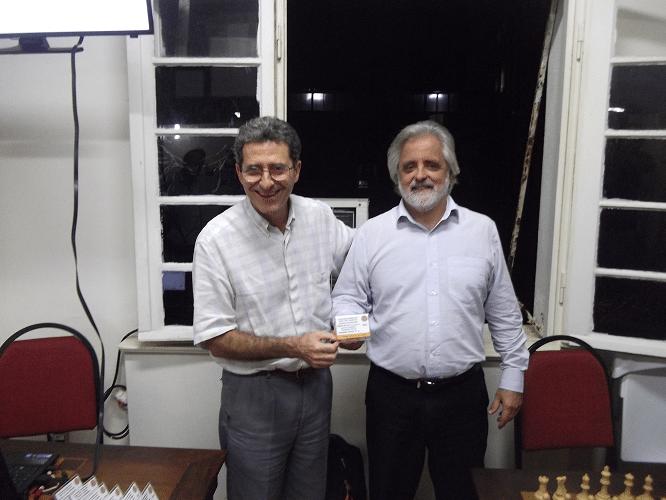 """Luiz Alberto da Luz recebendo o Mini Diploma de Campeão Classe """"C"""" do Torneio Interno de Verão"""