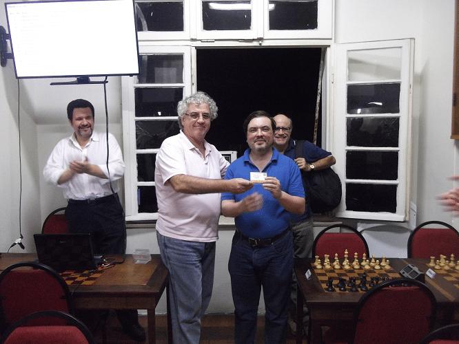 Marcelo Einhorn recebendo de Álvaro Frota o Mini Diploma de Campeão do Trovão de Abril. Pádua e Mesquita apaludem