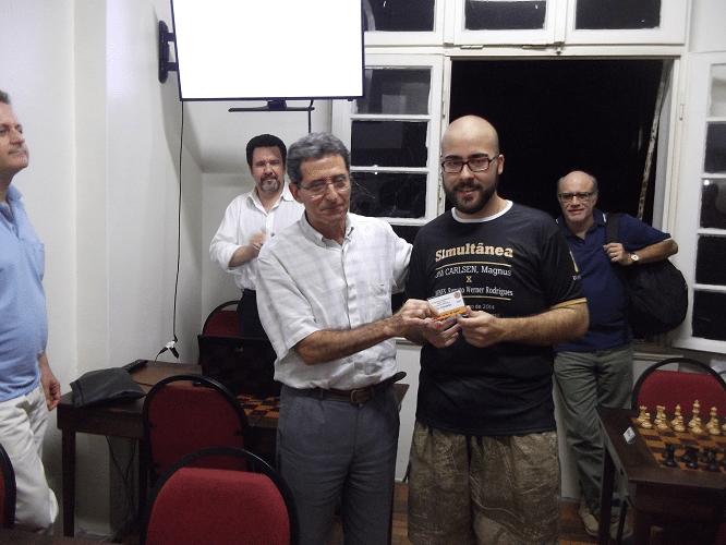 Renato Werner recebendo, das mãos de Antônio Elias, o Mini Diploma de Vice Campeão do Trovão de Abril