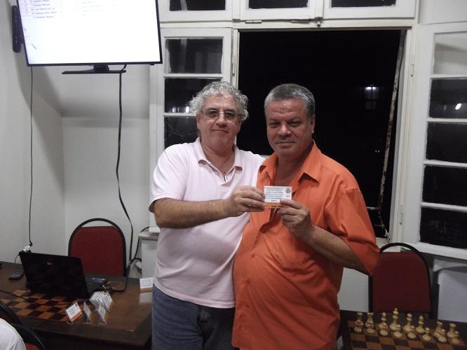 Sérgio Murilo recebendo de Álvaro Frota o Mini Diploma de Vice-Campeão Geral do Torneio Interno de Verão
