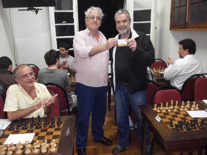 """Luiz Sérgio Tiomno recebeu o Mini Diploma de Campeão Veterano do Torneio de Treinamento das Classes """"C"""" e """"B"""""""