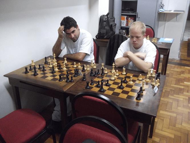 Daniel Faria e Oscar Weibull analisando um exercício de tática.