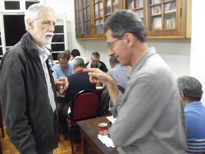 O visitante Sérgio Sundaus conversa com o dinâmico árbitro Antônio Elias
