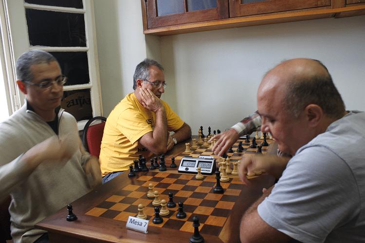 2ª rodada - Jéferson de Mello Menezes, de brancas,  empatou com Tarcício Leite. Na outra mesa, vê-se Diógenes Labre