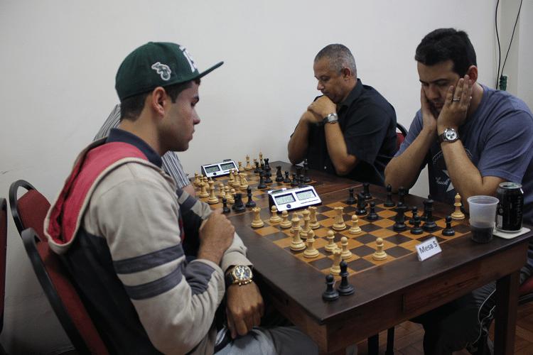 2ª rodada - Leandro Espínola, de brancas, perdeu de Estevão Luiz Soares. Na outra mesa vê-se Cláide Teixeira Barros