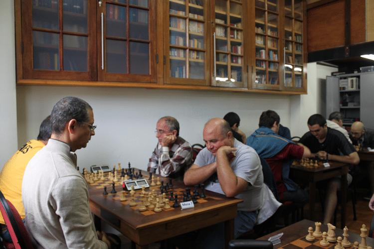 2ª rodada - Vista das partidas à esquerda desde o fundo da sala. Observe-se as estantes da Biblioteca Dijalma Caiafa