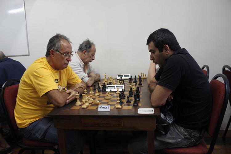 3ª rodada - Diógenes Labre perdeu de Paulo Adriano Matozo, que jogou de negras. Na outra mesa vê-se Juarez Lima.