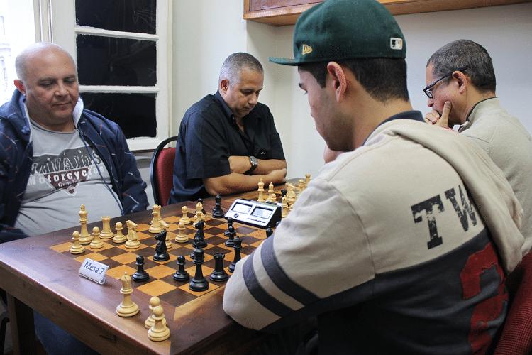 3ª rodada - Tarcísio Leite ganhou de Leandro Espínola, que jogou de negras e Cláide Teixeira Barros, de brancas, perdeu de Jeferson Menezes.