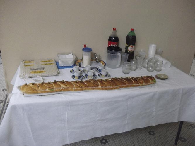 """Na tradicional """"boca livre"""", teve sanduíche de metro, salgadinhos, refrigerantes e cafezinho ..."""