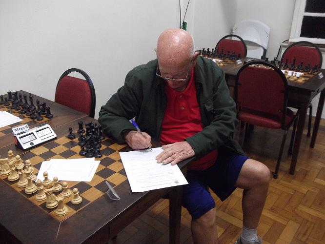 Irahy Ribeiro de Carvalho assinando a ficha de federação à FEXERJ PELA ALEX