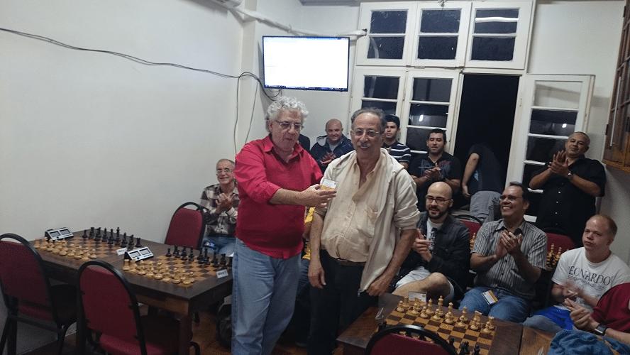 Premiação - 04 - O primeiro a receber seu Mini Diploma, das mãos de Álvaro Frota, foi Juarez Lima que conquistou o Terceiro Lugar do Trovão dos Namorados