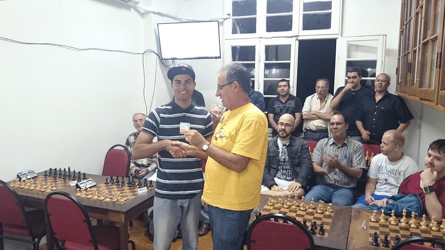 """Premiação - 05 - Diógenes Labre entregou a Leandro da Silva Espínola o Mini Diploma de Campeão Classe """"C"""" do Rápido de Junho"""
