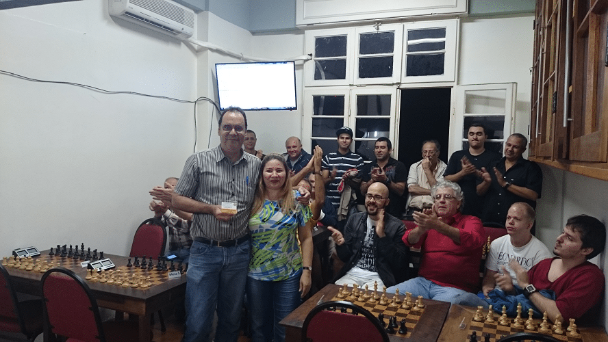 """Premiação - 06 - David Rabello recebeu de sua mulher o Mini Diploma de Campeão Classe """"B"""" do Rápido de Junho ..."""