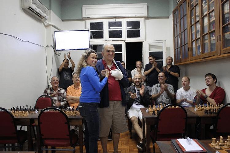 Premiação - 08 - Carlos Alves Rolim recebeu das mãos de o Mini Diploma de Campeão Veterano do Rápido de Junho.