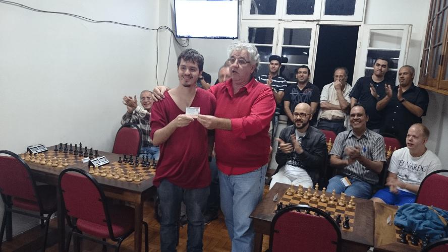 Premiação - 09 - Leo Ramos Simões recebeu de Álvaro Frota o Mini Diploma de Terceiro Lugar Geral do Rápido de Junho