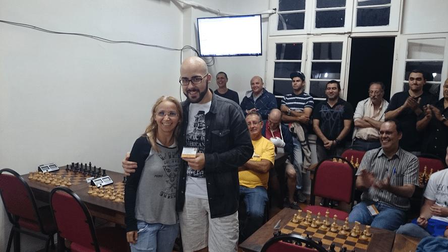 Premiação - 10 - Renato Werner recebeu das mãos de Cícera o Mini Diploma de Vice Campeão Geral do Rápido de Junho.