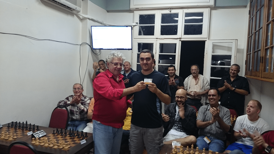 Premiação - 11 - Finalizando a cerimônia, Álvar Frota entregou para Iago Henrique Souza o Mini Diploma de Campeão Geral do Rápido de Junho.