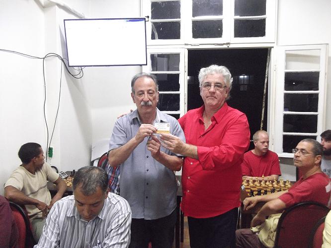 Juarez Lima recebe o Mini Diploma de Campeão Veterano do Torneio Interno de Outono