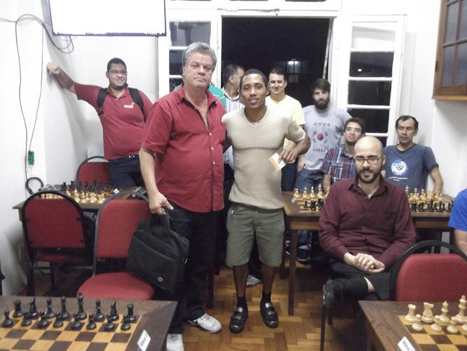 """Thiago Siqueira Campeão recebe das mãos de Sérgio Murilo o Mini Diploma de Campeão Classe """"B"""" do Trovão dos Namorados"""