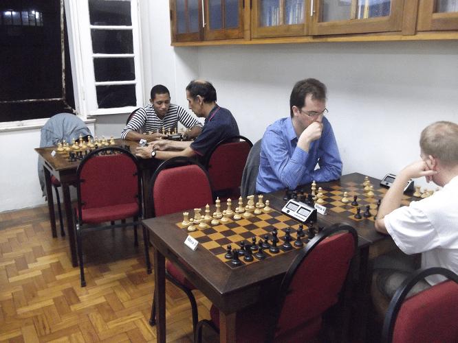 Aquecimento - Alguns participantes preferiram realizar seu aquecimento analisando posições e partidas.
