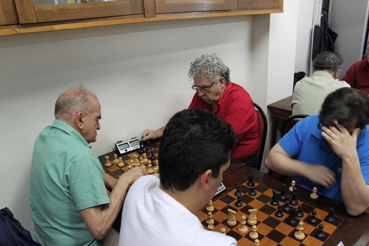 Carlos Alves Rolim, de camisa verde, jogando de brancas contra Álvaro Frota na sexta rodada. Ao lado de ambos, Eduardo Farias enfrentando Marcelo Einhorn, em outra visão da mesma partida.
