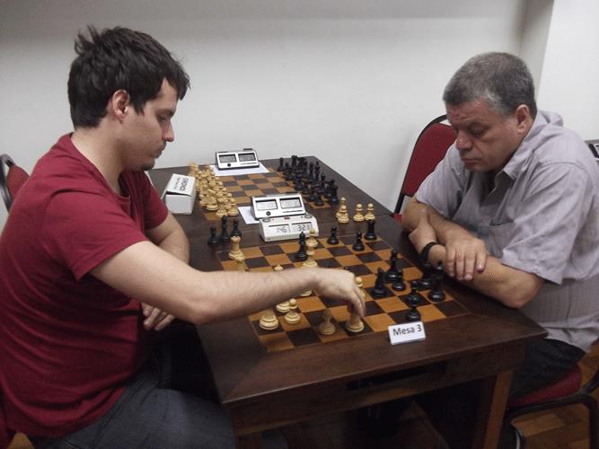 1ª Rodada - Antes do início do torneio, Leo Simões joga Blitz contra Sérgio Murilo