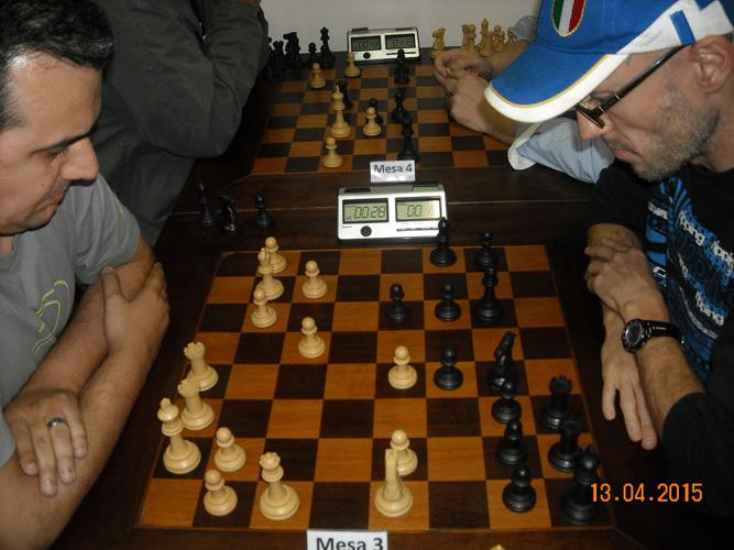 3ª rodada - Na mesa 3, Luiz Estevão Soares, de brancas, venceu Francesco Noseda