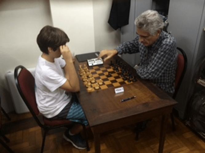 Alberto Mascarenhas (à direita) antes de enfrentar (em um torneio Trovão da ALEX) a revelação juvenil Gianluca Jório Almeida
