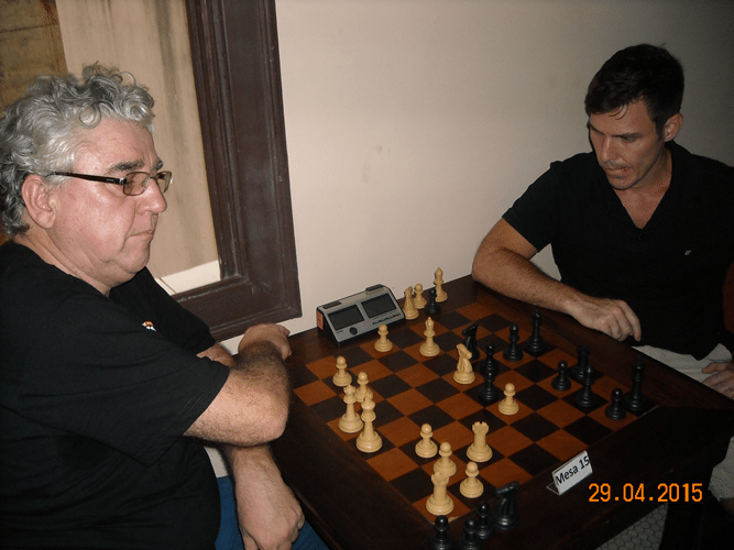4ª Rodada - Mesa 8 - Álvaro Frota, de brancas, perdeu para Cláudio Henrique Leite