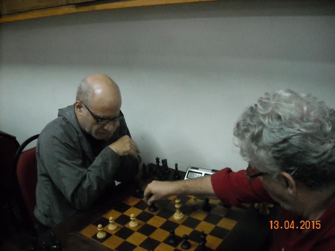 5ª rodada - Na mesa 4, José Carlos Mesquita, de brancas, perdeu para Álvaro Frota