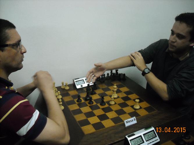 5ª rodada - Na mesa 6, Rodolfo de Araújo, de brancas, perdeu para Almir Souza de Almeida