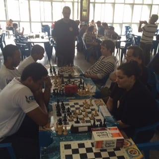 Equipe B1 - Luiz Sérgio Tiomno observa seus colegas da Equipe B1 jogando