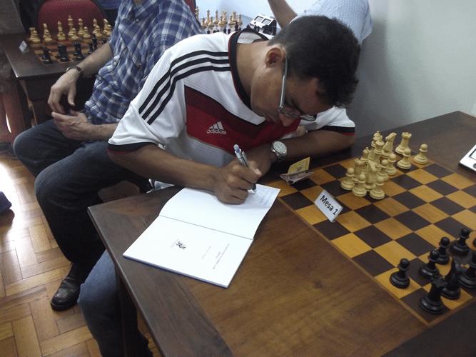 Biblioteca Dijalma Caiafa - Fábio Soares autografando seu livro