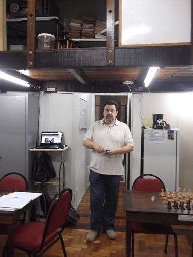 Classificação 1 - Campeão do Torneio Antonio Padua circula pela sala do Clube