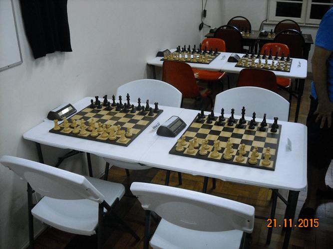 Novos tabuleiros de madeira foram especialmente encomendados para serem utilizados com mesas duplas de plástico na ocasião de torneios especiais.